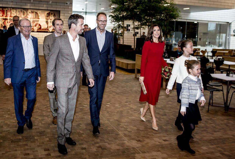 Kronprinsparret behøver næppe at frygte for sikkerheden, når de besøger Legoland. Familien Kirk Kristiansen, der ejer Lego, benytter sig nemlig af private sikkerhedsvagter. Familiens overhoved, Kjeld Kirk Kristiansen, ses yderst til venstre.