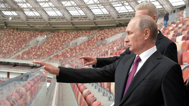 Vladimir Putin inspicerer Luzhniki Stadium, som er et af de stationd, hvor der skal spilles VM (Foto: SPUTNIK/Ritzau Scanpix)