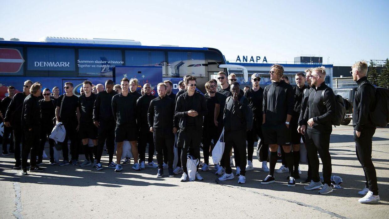 De danske landsholdsspillere er lige ankommet til feriebyen Anapa Lufthavn. Her står de samlet foran spillerbussen.