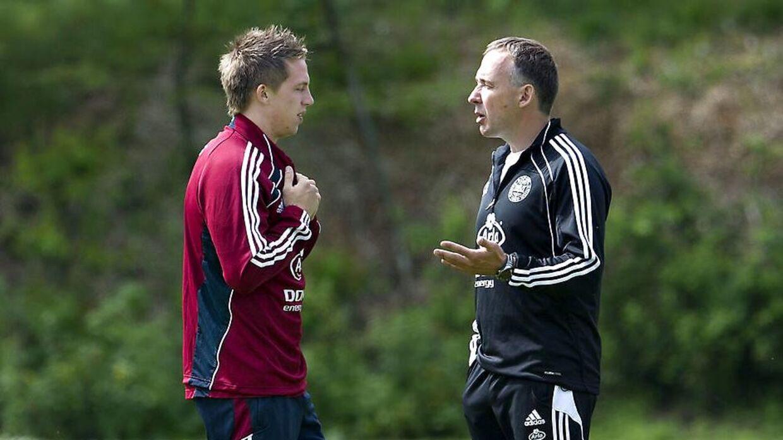 Nicki Bille får her instrukser for sin træner på U21-landsholdet Keld Bordinggaard.