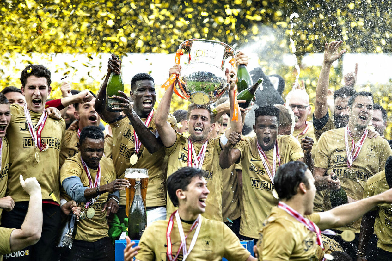 Så glade var spillerne fra FC Midtjylland efter de i maj havde erobret Superligaens førsteplads og dermed vundet DM-guld. Foto: Henning Bagger