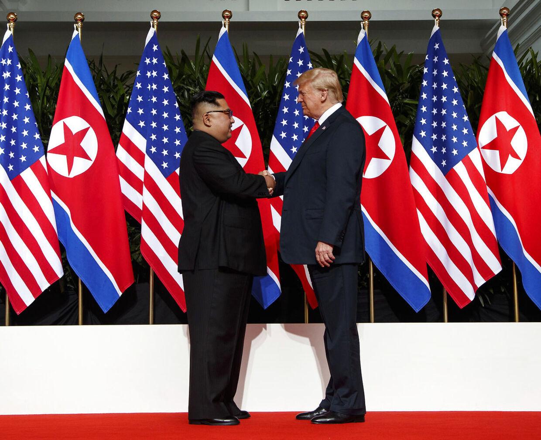 Kim Jong-un og Donald Trump under topmødet tirsdag.