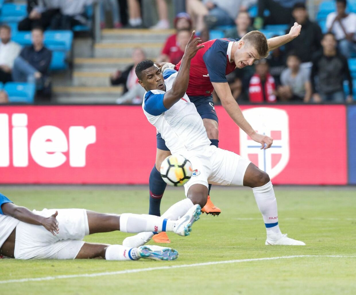 Norway's Alexander Soerloth (R) and Panama's Harold Cummings vie for the ball during the international friendly football match between Norway and Panama in Oslo on June 6, 2018. / AFP PHOTO / NTB Scanpix / Terje PEDERSEN / Norway OUT