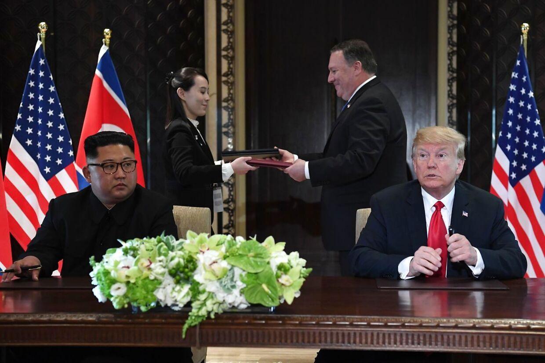 Mens Trump havde sin udenrigsminister, Mike Pompeo, ved sin side, havde Kim Jong-un sin lillesøster, Kim Yo-jong.