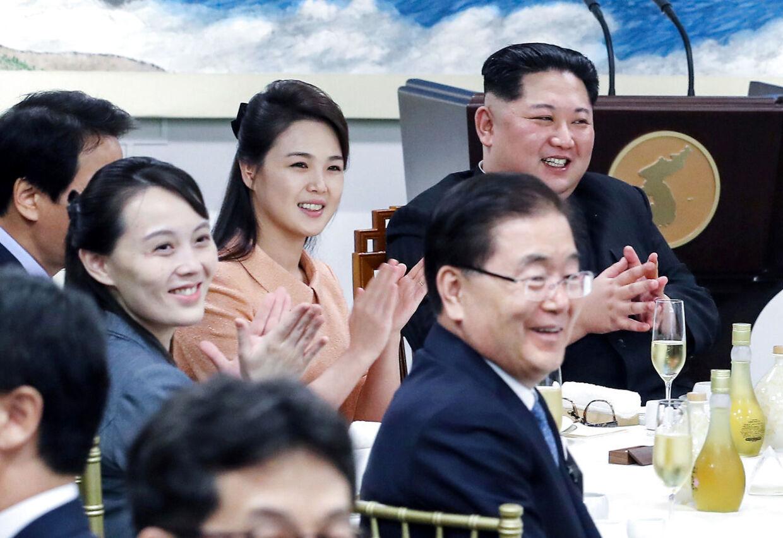 Den store leder omgivet af de to kvinder, der betyder mest: sin kone, Ri Sol-ju, og søster Kim Yo-jong.