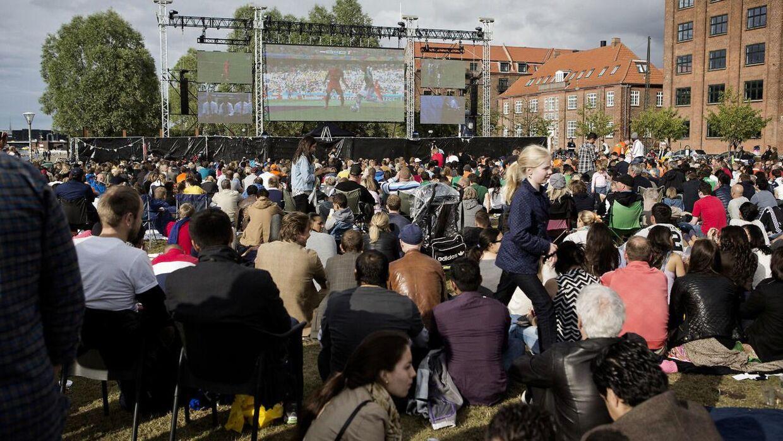 Under VM i fodbold i 2014 kunne massevis samles foran en storskærm ved Islands Brygge. Her ses fremmødet til kampen mellem Holland og Mexico i ottendedelsfinalen. Holland endte med at vinde 2-1.