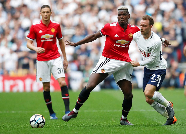 Manchester Uniteds Paul Pogba i duel med Tottenhams Christian Eriksen. REUTERS/David Klein