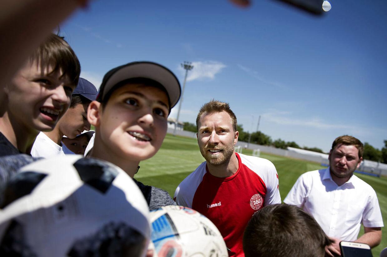 Christian Eriksen var eftertragtet efter det danske fodboldlandsholds træning i Anapa i Rusland tirsdag.