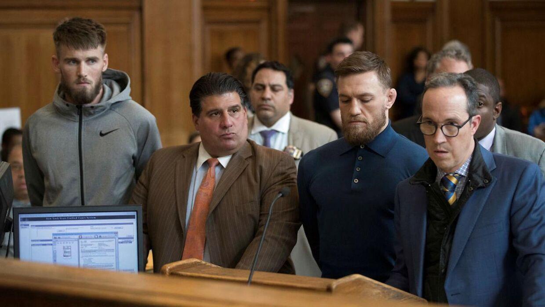 Conor McGregor er sammen med sin advokat i retten i Brooklyn.