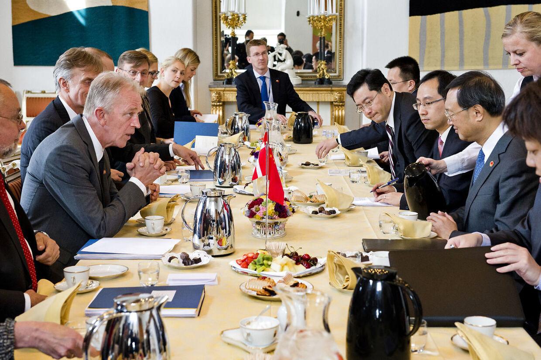 Kinesisk statsbesøg. Udenrigsminister Villy Søvndal møder sin kinesiske kollega undenrigsminister Yang Jiechi fredag den 15. juni i Kajsalen i Eigtveds Pakhus. (Foto: Søren Bidstrup/Scanpix 2012)