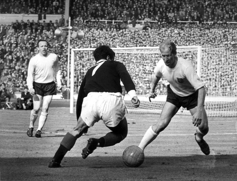 England mod Skotland på Wembley stadion. Bobby Carlton, th. og tv., Nobby Stiles.