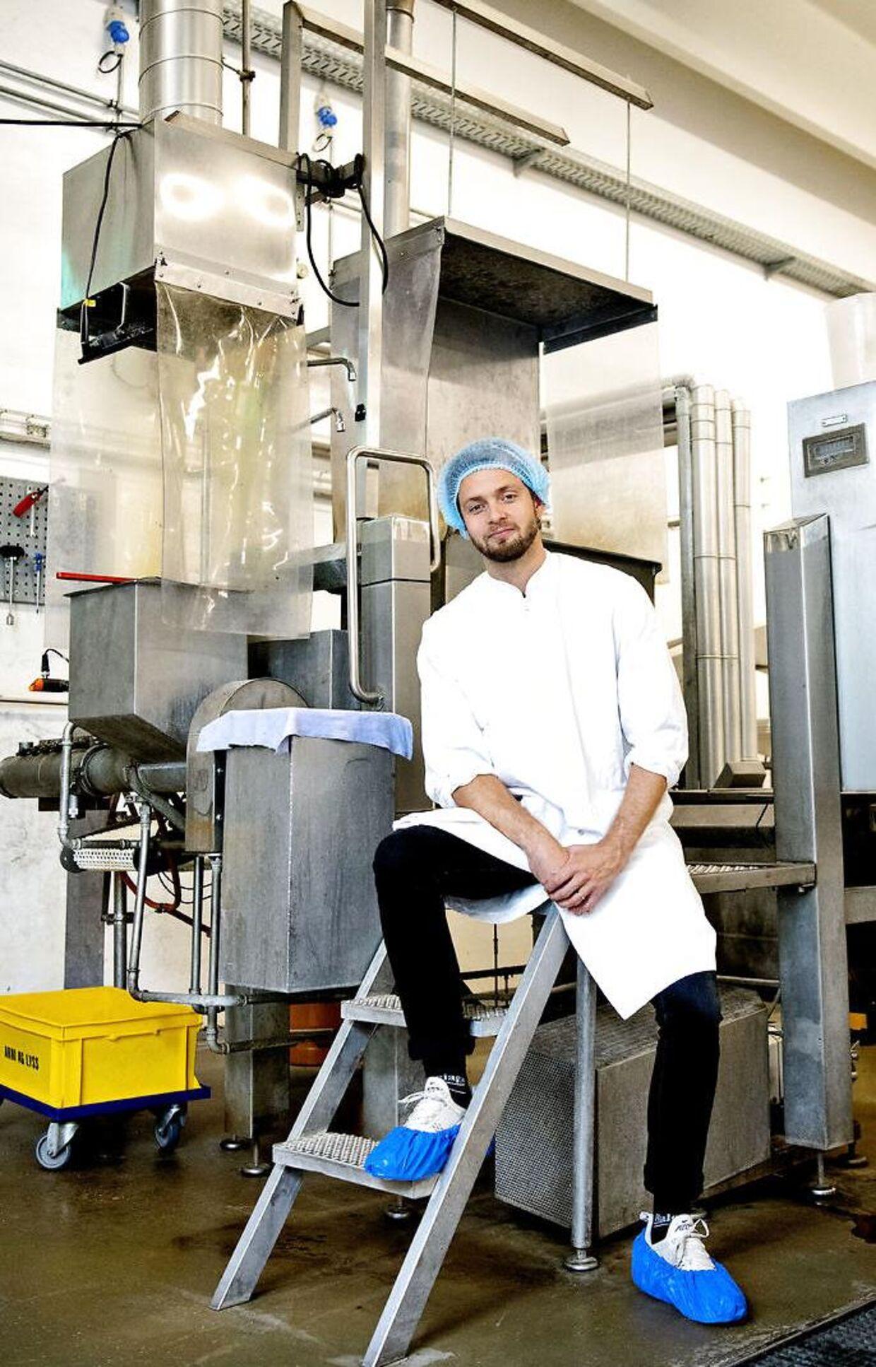 Johan Bülow foran sin første store investeringen, lakridsmaskinen til 1,5 million kroner, som var begyndelsen på det store lakridseventyr. Maskinen bruges fortsat i dag, og den har tjent sig ind rigtig mange gange.