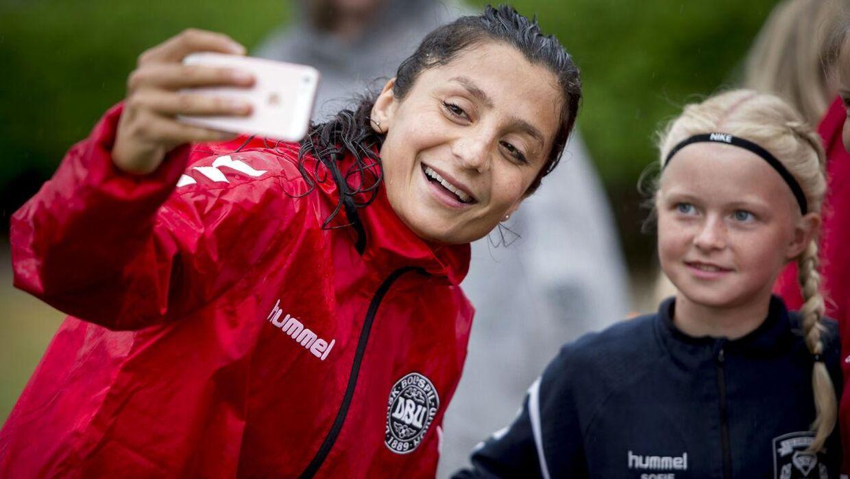 Nadia Nadim er en populær fodboldspiller blandt både medier og fans. Arkivfoto.