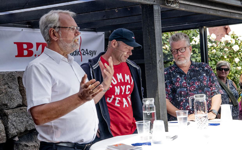 Tidligere FOA-formand Dennis Kristensen debatterer medJoachim B. Olsen (LA). Politisk redaktør på B.T. Andreas Karker (th.) er ordstyrer.