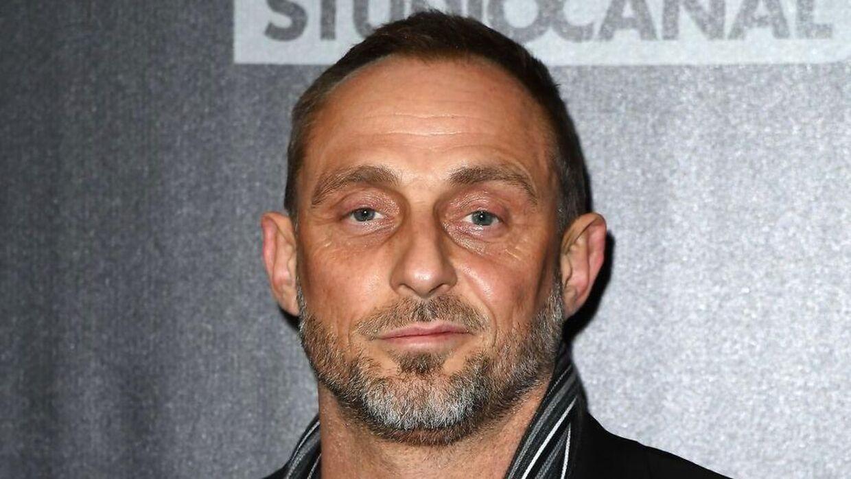 Skuespilleren Roland Møller var natten til lørdag involveret i en episode, hvor han gav en knytnæve i ansigtet på B.T.s tidligere sportsredaktør Morten Crone.