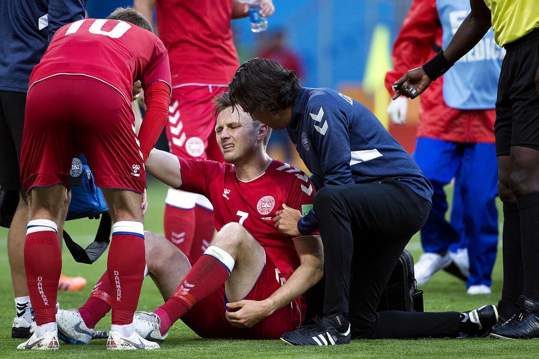 William Kvist bliver skadet under opgøret mod Peru.
