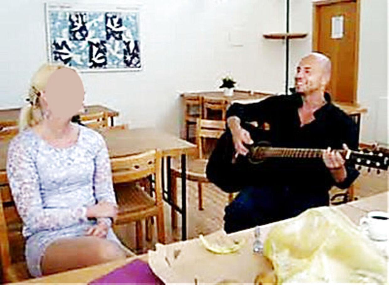 Bjarne Skounborg alias Peter Lundin spiller guitar for sin brud Betinna