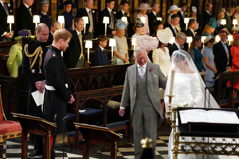 Efter Meghan Markles far meldte afbud til brylluppet, trådte prins Harrys far - prins Charles - til og fulgte Meghan Markle det sidste stykke i kirken.