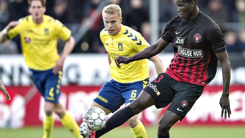 Hjörtur Hermannsson (tv.) meddeler, at han har forlænget aftalen med fodboldklubben Brøndby frem til 2021.