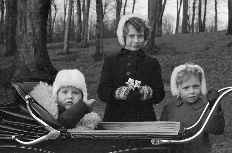 Prinsesse Elisabeth var ældste barn af arveprins Knud og arveprinsese Caroline-Mathilde. Her ses hun med sine to yngre brødre, prins Christian og prins Ingolf, da de var børn.
