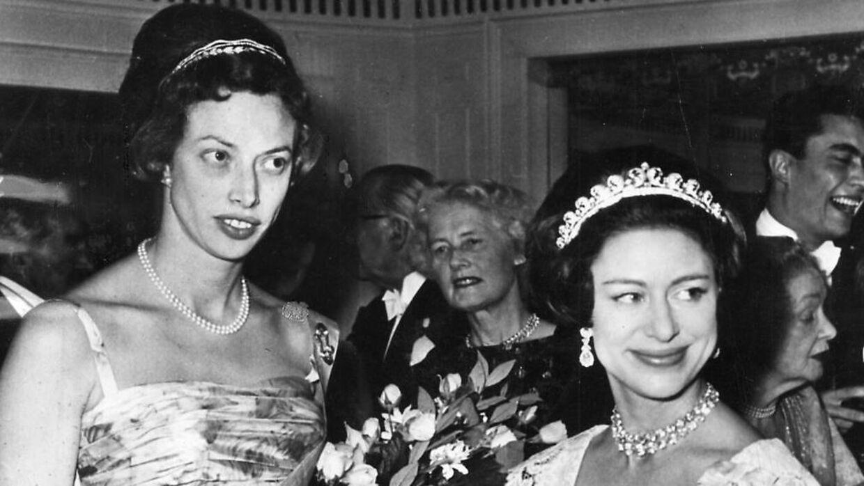 Prinsesse Elisabeth(tv) ses her sammen med den engelske prinsesse Margaret i London i sine yngre dage.