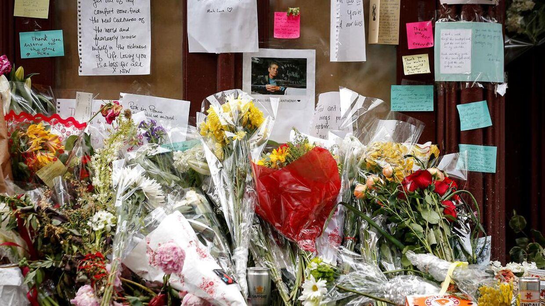 Foran Bourdains nu lukkede restaurant Brasserie Les Halle i New York blev han mindet med blomster og breve.