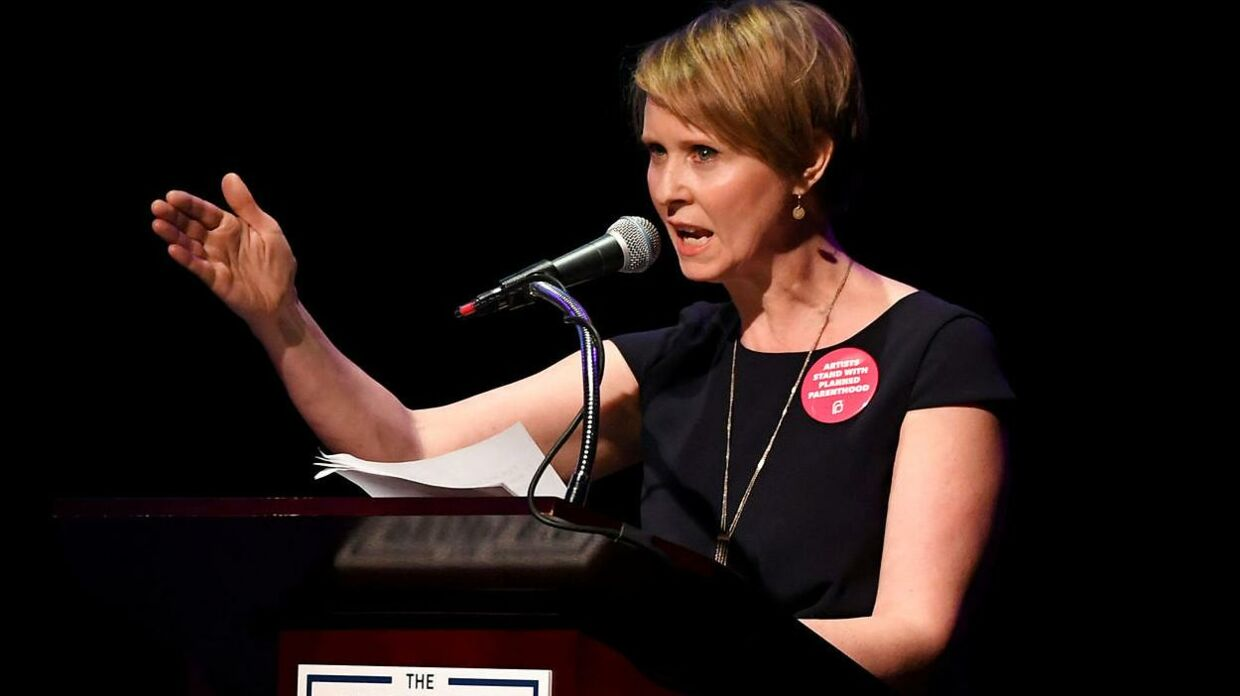 "Cynthia Nixon på talerstolen til ""The People's State of the Union"" i januar i år."