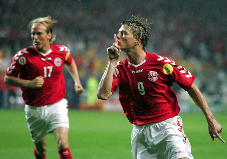 Landsholdets nuværende assistenttræner, Jon Dahl Tomasson, scorede begge danske mål, da Danmark og Sverige spillede 2-2 og hjalp hinanden videre til EMs kvartfinaler.