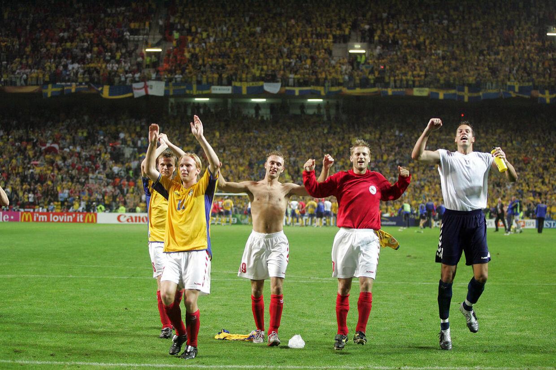 Forbrødringen var stor, efter Danmark og Sverige i 2004 havde sendt hinanden videre ved EM i Portugal. På tirsdag kan det ske igen.