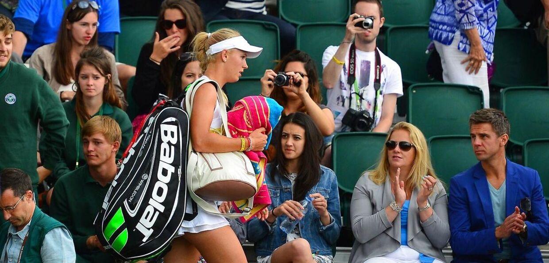 Caroline Wozniacki forlader Wimbledon-anlæggets ydmyge bane 12 efter sit fjerderunde-nederlag i Wimbledon-turneringens 2014-udgave mod tjekken Barbora Strycova.