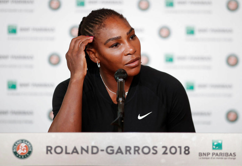 Serena Williams måtte ved French Open trække sig fra sin kamp i fjerde runde med en skade.
