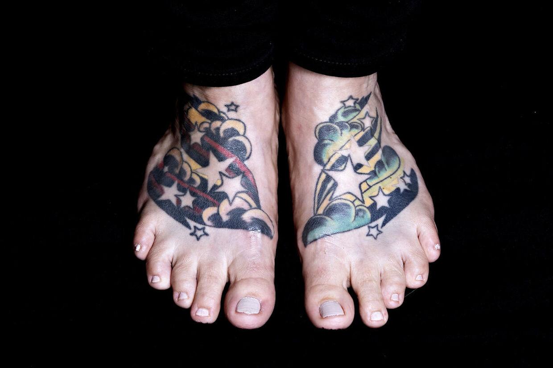 De første to tatoveringer, som Maria Oversø fik lavet, var på fødderne. Og dét gjorde ondt.