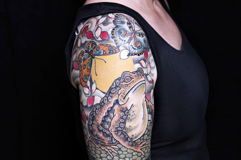 De to sommerfugle på skulderen symboliserer Maria Oversøs børn.