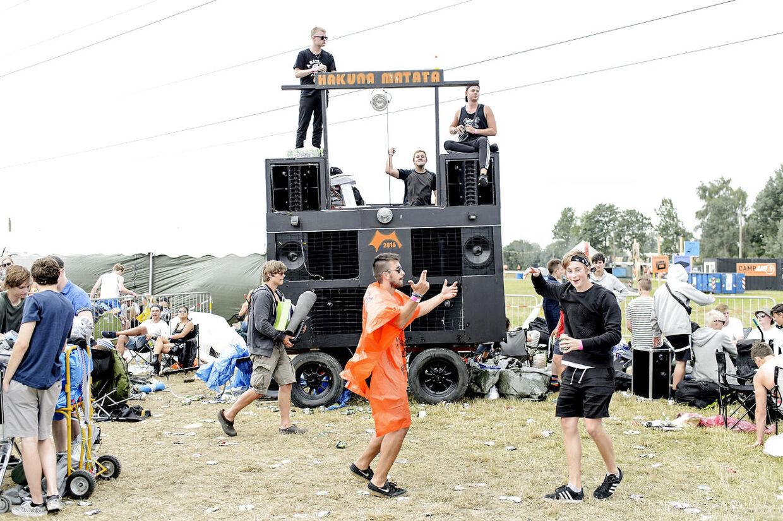 Camp Hakuna Matata tager forskud på festen i venteområde øst, hvor folk sidder i kø til at komme ind på campingområderne på Roskilde Festival 2016.
