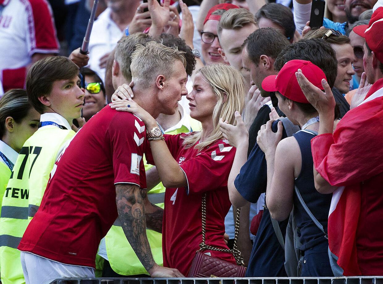 Elina Gollert og hendes mand, landsholdsspilleren Simon Kjær, efter kampen mellem Danmark og Frankrig.
