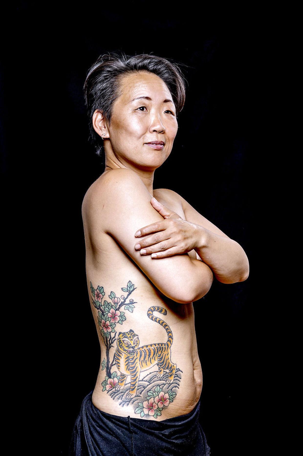 50-årige Yong Sun Gullachs ene tatovering er af en tiger. Stilen er koreansk folklore, og motivet har hun valgt som en hyldest til sønnen, der ifølge det kinesiske horoskop er født i tigerens år.