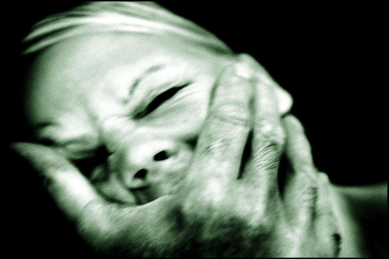 RB plus. Arkivfoto: Voldtægtsanklager skal straffes hårdere. Et flertal i Folketinget skærper straffen for seksuelle overgreb og falske voldtægtsanklager. Kritikere frygter dog, at det kan få flere ofre til at tie. PLUS-historie. Ofre for voldtægt skal føle sig imødekommet, når de går til politiet. Justitsminister Søren Pind roses af Center for Seksuelt Misbrugte for nyt udspil. (se Ritzau historie 271643) MODELFOTO- - Se RB 22/1 2016 15.30. Voldtægtsforbrydere skal have et år mere. Justitsministeren vil hæve straffen, så en overfaldsvoldtægt som udgangspunkt giver tre og et halvt års fængsel. Det er mere end en fordobling siden 2002.(Foto: Linda Kastrup/Scanpix 2013)