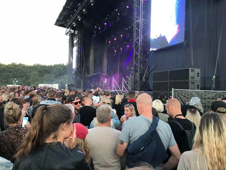 Michael Schjønberg, høj mand i grå t-shirt og knap så prangende hårpragt til koncert med French Montana i sølvhat yderst til højre.