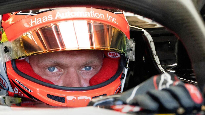 Kevin Magnussen i sin bil.