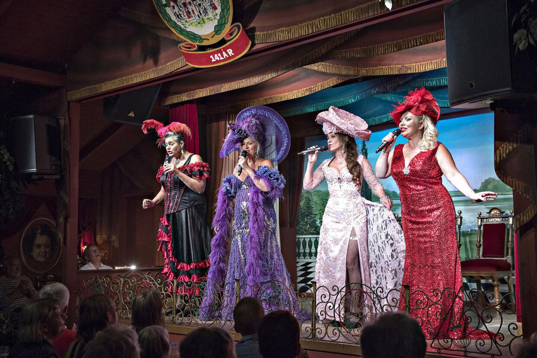 De fire bakkesangerinder Ann Farholt, Tina Grunwald, Dot Wessman og Sara Gadborg synger det dedikerede publikum helt op under taget.
