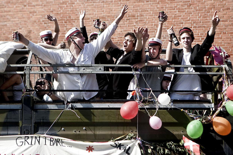 Arkivfoto. Festglade unge mennesker på et vognlad.