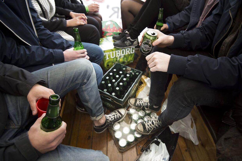 Arkivfoto. Det er en tradition, at der er masser af øl og andet alkohol med rundt på ruterne, når studenterne kører vognkørsel.