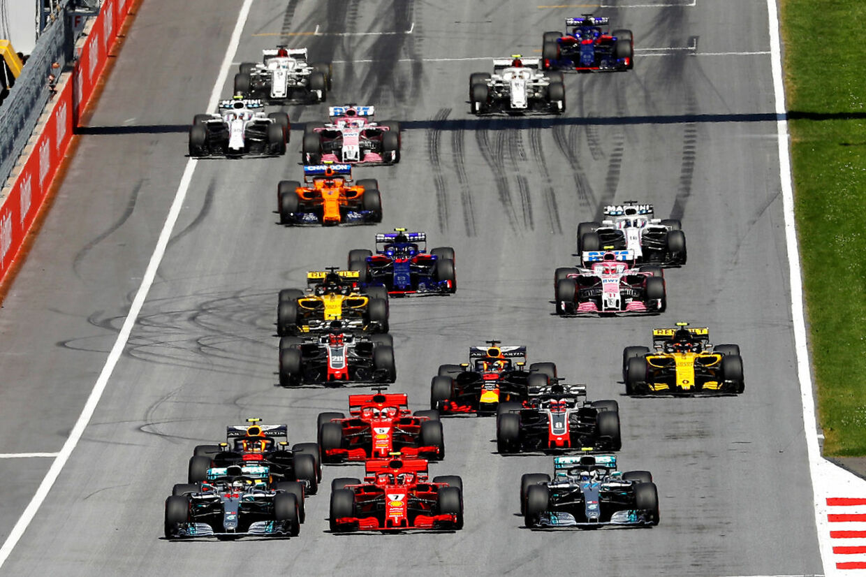 Flot billede lige efter starten af søndagens grandprix i Østrig. Allerede her er Haas-racerne godt med fremme, Kevin Magnussen (med nummer 20 og Romain Grosjean (med nummer 8).
