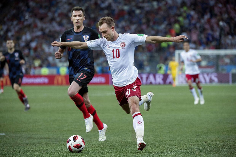 Danmarks Christian Eriksen og Kroatiens Mario Mandzukic under 1/8-finalen mellem Danmark og Kroatien på Nizhny Novgorod Stadium.