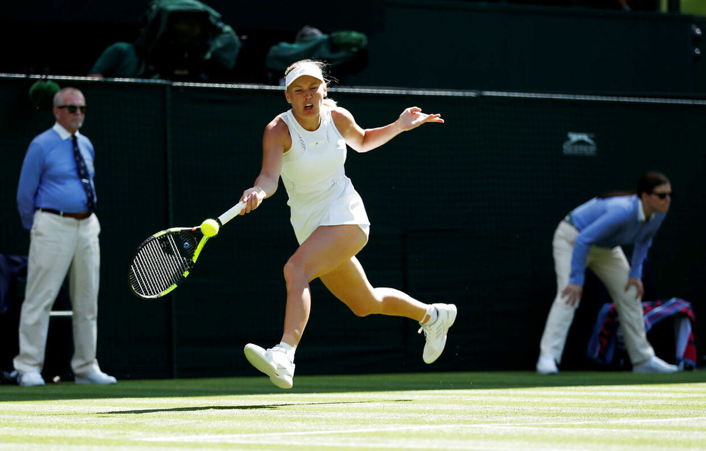 Caroline Wozniacki i aktion i sin vundne førsterundekamp i Wimbledon mod Varvara Lepchenko.
