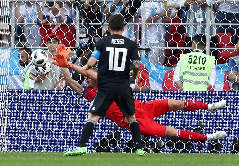 Hannes Halldorsson redder et straffespark fra Argentinas Lionel Messi i Islands første gruppespilskamp ved VM. Den endte 1-1.