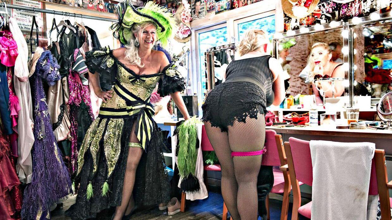 De smukke bakkesangerinder Tina Grunwald og Sara Gadborg klæder om i pausen backstage.