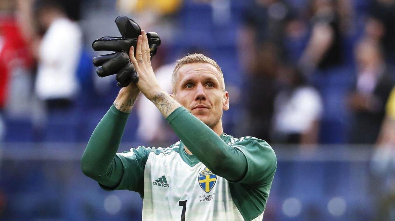 Robin Olsen klapper af de svenske fans efter sejren i 1/8-finalen på 1-0 mod Schweiz.