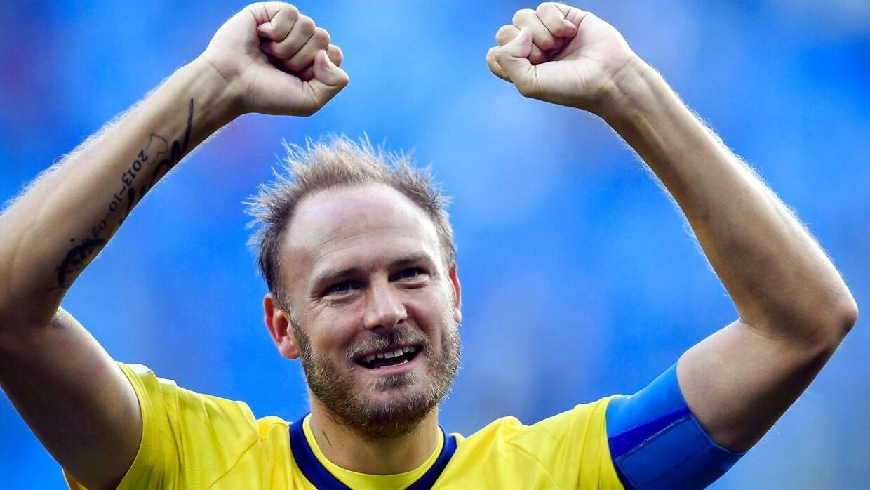 Andreas Granqvist fejrer, at Sverige slog Schweiz i ottendelsfinalerne.