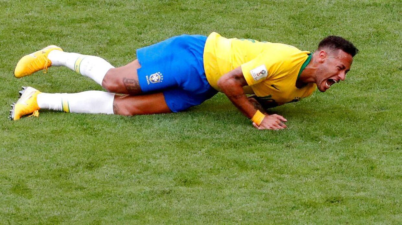 I kampen mellem Brasilien og Mexico lå Neymar ned i mere end fem minutter i alt.